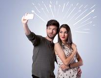 Gulliga par som tar selfie med pilar Royaltyfri Bild