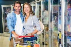 Gulliga par som tillsammans gör livsmedelsbutikshopping Royaltyfri Foto