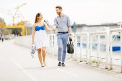 Gulliga par som tycker om tid som tillsammans utomhus spenderas royaltyfria foton