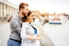 Gulliga par som tycker om tid som tillsammans utomhus spenderas arkivbild