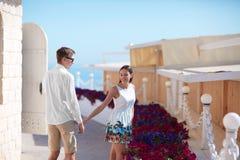 Gulliga par som utomhus skrattar i sommartiden Ungdomarsom utomhus går i natur Lycklig bröllopsresa av ettförälskelse par Royaltyfria Bilder