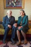 Gulliga 80 plus det åriga gifta paret som poserar för en stående i deras hus Förälskelseför evigtbegrepp Royaltyfri Bild