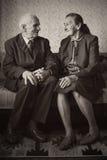 Gulliga 80 plus det åriga gifta paret som poserar för en stående i deras hus Förälskelseför evigtbegrepp Royaltyfri Fotografi