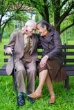 Gulliga 80 plus det åriga gifta paret som poserar för en stående i deras trädgård Förälskelseför evigtbegrepp Arkivfoton