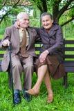 Gulliga 80 plus det åriga gifta paret som poserar för en stående i deras trädgård Förälskelseför evigtbegrepp Royaltyfri Bild