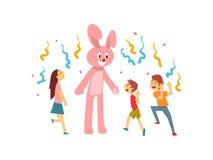 Gulliga pojkar och flickan som firar ungar, festar, lyckliga barn som har gyckel med tecknaren i kanindräkt på födelsedagen eller stock illustrationer
