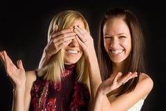 gulliga roliga flickor som har, kopplar samman två Royaltyfri Fotografi
