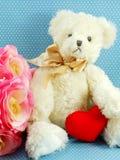 Gulliga rosor för dag och för rosa färger för valentin för begrepp för nallebjörn blommar Arkivbilder