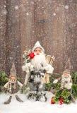Gulliga Santa Claus och lyckliga ungar i snö Fotografering för Bildbyråer