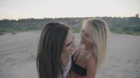 Gulliga sexiga flickor som visar lycka i semester i sommar på strandcloseupen arkivfilmer