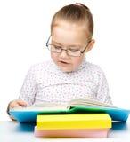 Gulliga slitage exponeringsglas för liten flickaavläsningsbok royaltyfri foto