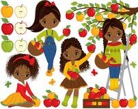 Gulliga små afrikansk amerikanflickor för vektor som väljer äpplen i fruktträdgård vektor illustrationer