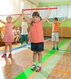 Gulliga små barn på daycareidrottshallen fotografering för bildbyråer