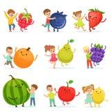 Gulliga små barn som har roligt och spelar med stora frukter, uppsättning för etikettdesign Färgrika specificerade tecknad filmte royaltyfri illustrationer