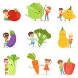 Gulliga små barn som har roligt och spelar med stora grönsaker, uppsättning för etikettdesign Färgrika tecknad filmtecken royaltyfri illustrationer