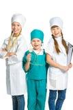 Gulliga små barn som kläs som att se för doktor Arkivfoto
