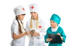 Gulliga små barn som kläs som den behandlade doktorn Royaltyfria Foton