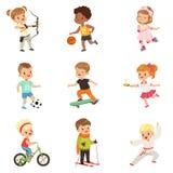 Gulliga små barn som spelar olika sportar, fotboll, basket, bågskytte, karate som cyklar, åka skridskor för rulle vektor illustrationer