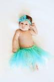 Gulliga små behandla som ett barn flickan som ligger i den blåa kjolen, bästa sikt princess Barndom royaltyfria bilder