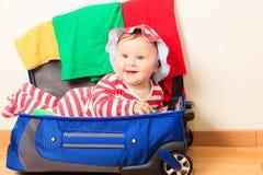 Gulliga små behandla som ett barn flickan tycker om inpackning, ungar reser Fotografering för Bildbyråer