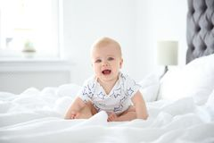 Gulliga små behandla som ett barn krypning på säng Arkivbilder
