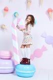 Gulliga små behandla som ett barn lockigt för nätt modell för flickamode mörkt blont Arkivfoton