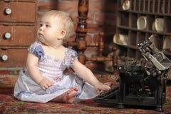 Gulliga små behandla som ett barn med den retro stilskrivmaskinen Royaltyfria Foton