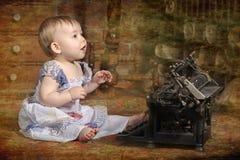 Gulliga små behandla som ett barn med den retro stilskrivmaskinen Arkivbild