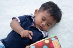 Gulliga små behandla som ett barn pojken som läser boken fotografering för bildbyråer
