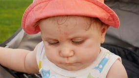 Gulliga små behandla som ett barn ser till kameran lager videofilmer