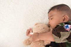 Gulliga små behandla som ett barn soldaten, i att sova för likformig royaltyfri foto
