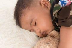 Gulliga små behandla som ett barn soldaten, i att sova för likformig arkivfoton
