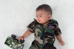 Gulliga små behandla som ett barn soldaten i likformig royaltyfria bilder