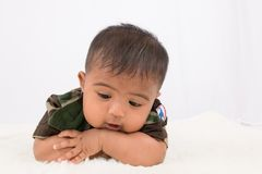 Gulliga små behandla som ett barn soldaten i likformign som ligger på den mjuka filten fotografering för bildbyråer