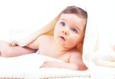 Gulliga små blått synade pojken i vita handdukar efter lodisar Arkivfoto