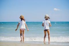 Gulliga små flickor på stranden arkivbilder