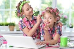 Gulliga små flickor som förskönar sig Arkivbilder