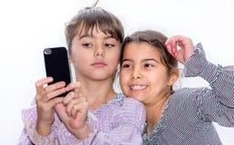 Gulliga små flickor som gör selfie Arkivbilder