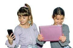 Gulliga små flickor som gör selfie Royaltyfria Bilder