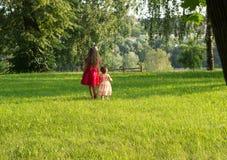Gulliga små flickor som har gyckel på sommardagen Arkivbilder