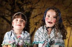 Gulliga små flickor som kläs som en traditionella easter Royaltyfri Foto