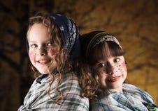 Gulliga små flickor som kläs som en traditionella easter Arkivfoto
