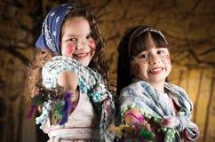 Gulliga små flickor som kläs som en traditionella easter Arkivbilder