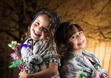 Gulliga små flickor som kläs som traditionella häxor Arkivfoton