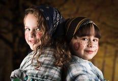 Gulliga små flickor som kläs som traditionella häxor Arkivfoto