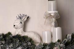 Gulliga små hjortar Vinter jul, garnering för nytt år dekorativa hjortar Arkivbilder