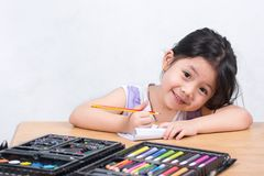 Gulliga små thailändska flickor tycker om att dra konst Royaltyfri Fotografi