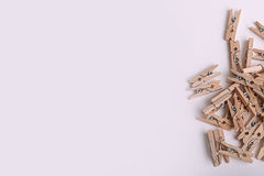 Gulliga små träklädnypor Arkivbilder
