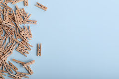 Gulliga små träklädnypor på en blå bakgrund Royaltyfri Bild