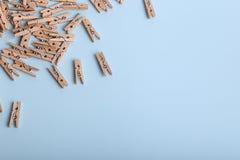 Gulliga små träklädnypor på en blå bakgrund royaltyfri foto